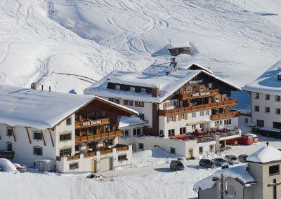 aussenfoto_direkt_an_der_skipiste_hotel_enzian_zuers_am_arlberg